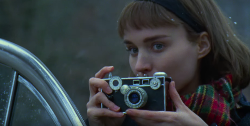 Rooney+Mara+as+Therese+Belivet+in+the+film+%27Carol%27+takes+a+picture+of+the+elegant+Carol+Aird+played+by+Cate+Blanchett.