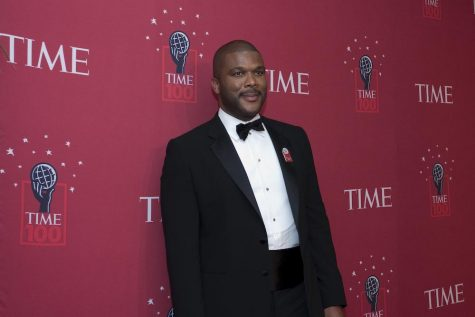 Tyler Perry wins Favorite Humanitarian award