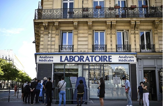 People waiting outside a clinic to get tested for CoronaVirus in Paris  Photo by Christophe Archambault, taken on Sep 7, 2020, Some rights reserved, https://www.nbcnews.com/news/world/france-hits-record-52-010-daily-covid-cases-spain-declares-n1244709